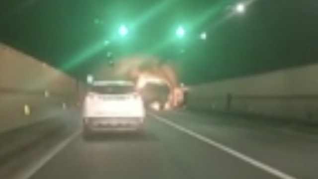 大货车隧道突起火,36人送医5人死亡