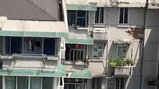 目击者:杭州路面塌陷前,地砖突凸起