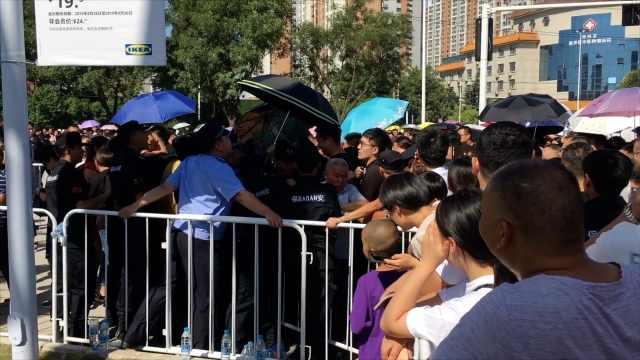 郑州宜家开业场面难控,民警被挤倒