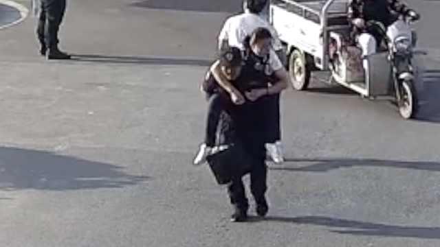 女子车上晕倒,保安背起直奔急诊室