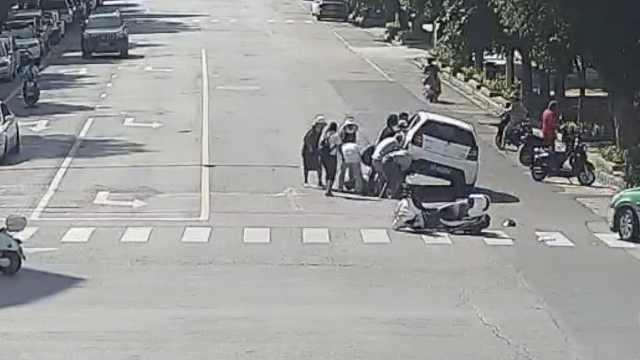 生死49秒!男子卷车底,十几人抬车救