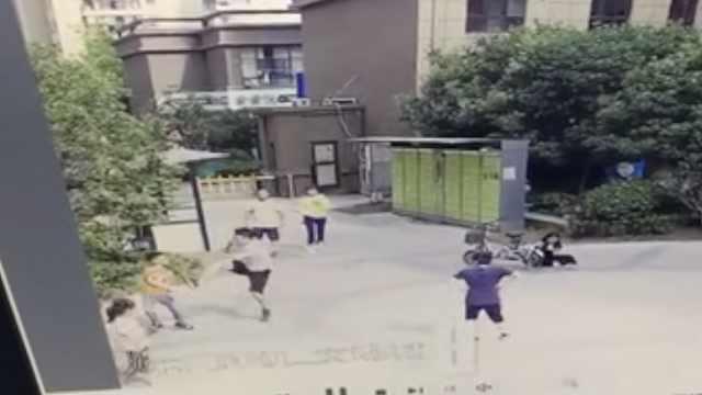男孩踢球砸到人被踹飞:打人者自首