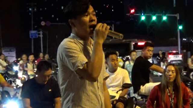 卖水果小伙唱粤语歌,路人:好听到爆