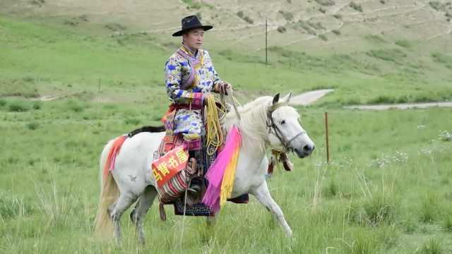 马背书屋!他骑马为107户牧民送书