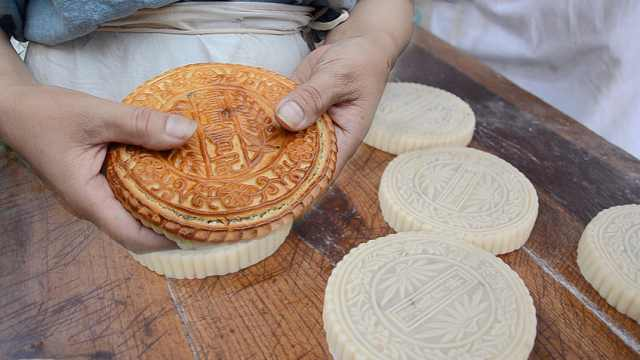 他做传统五仁月饼,传承3代的老味道