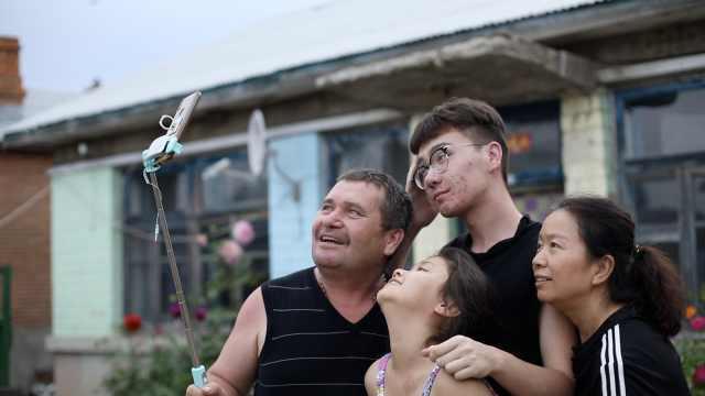 俄罗斯面孔中国人:种地直播当群演