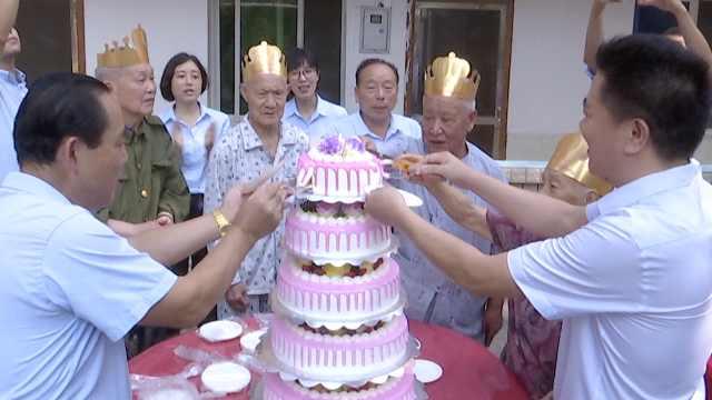 19位寿星集体庆生,90岁老人画梅花