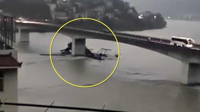挖沙船失控撞桥墩,船身瞬间断成2截