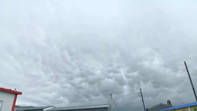 天空现罕见乳状积云,市民连声惊叹