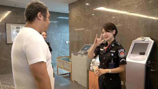 机场女安检自学手语服务千名聋哑人