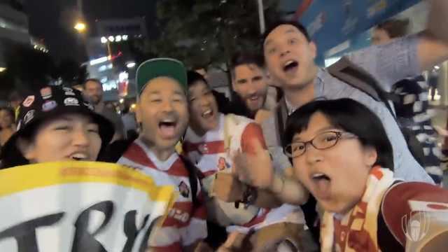 暖心东道主!日本球迷学唱俄国国歌