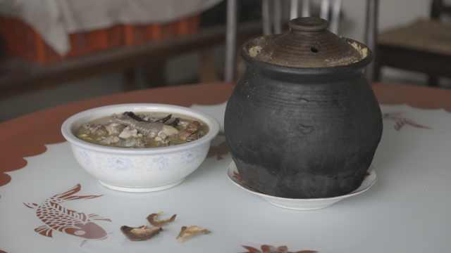 云南神秘炖鸡:鸡汤被封在300年木柜