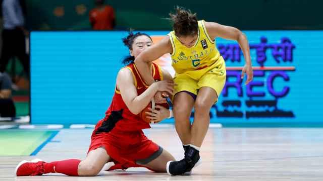 同是最后时刻,女篮教男篮打关键球