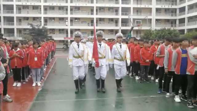 满满仪式感!中学设国旗护卫队升旗