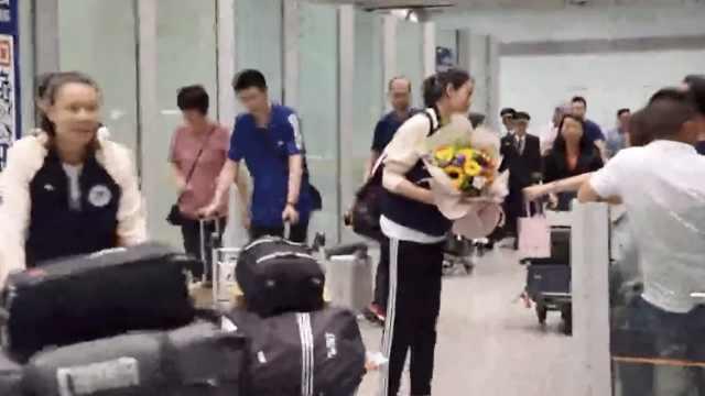 英雄凯旋!中国女排乘包机连夜回国