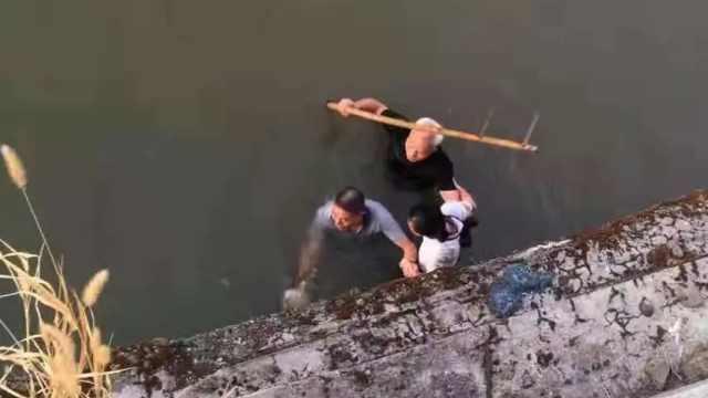 暖心!63岁白发老人跳河救落水女孩