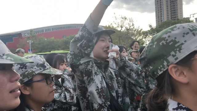 军训结束,新生们送别教官哭成泪人