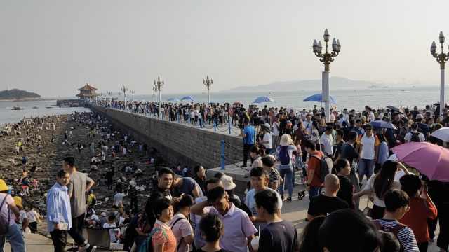 青島棧橋擠爆,游客自嘲:沒錢才來這