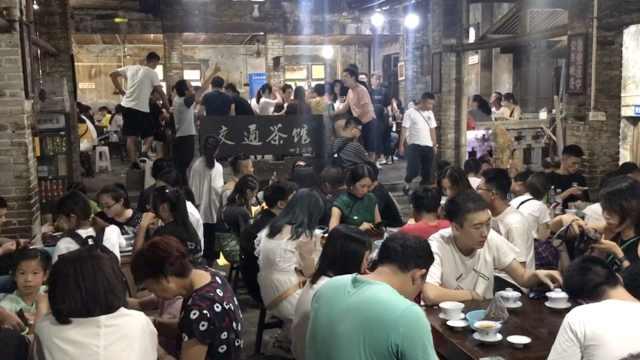 重庆处处是景点,游客排队打卡茶馆
