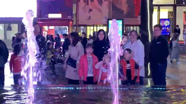 普通喷泉被当喊泉,数百游客围着喊
