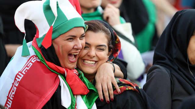 整40年!伊朗女性球迷首次入场观赛