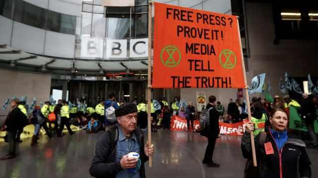 加剧!英国气候抗议者堵住BBC大门