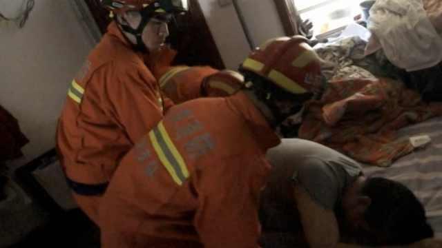 消防破门救出上吊老人,老伴跪谢