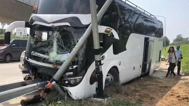 中国游客大巴在泰国发生车祸7伤