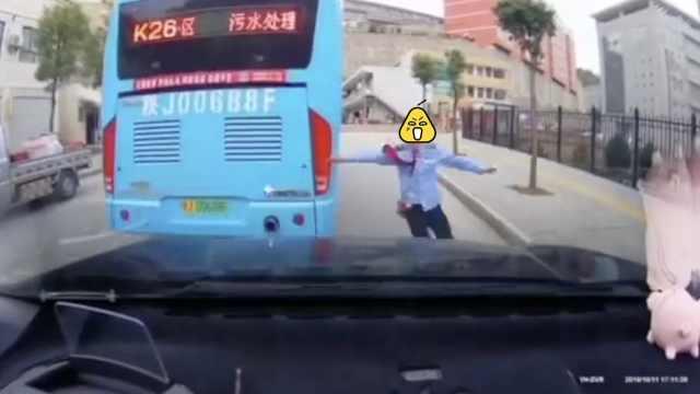 误触手刹!公交