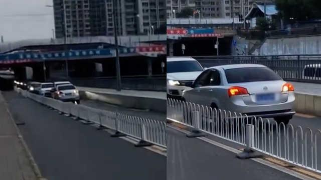 小车逆行被车流顶着倒退,交警:罚
