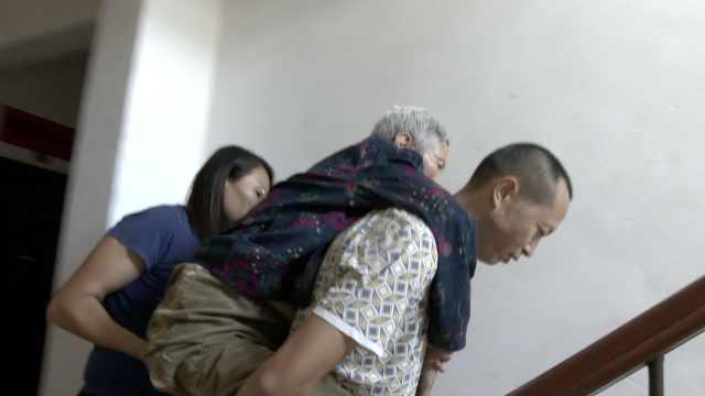 母亲术后瘫痪,夫妻每天背6楼晒太阳
