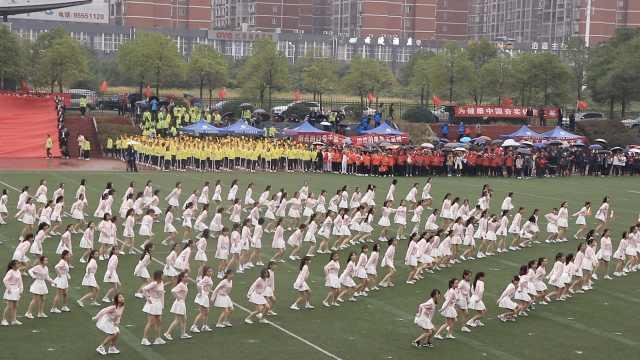 校运会200多名学生齐跳《卡路里》