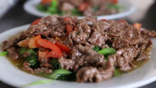 鸡汤加药材煮诏安牛肉:滋补又营养
