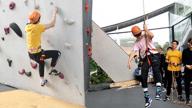 高校开设攀岩课,学生玩成荡秋千
