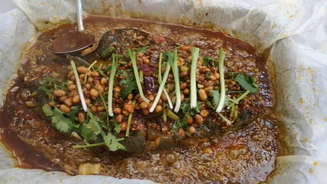他結合雙城風味,秘制香辣醬料烤魚