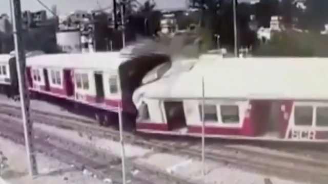 印两列火车相撞瞬间:多节车厢脱轨