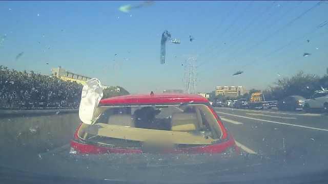 小车高速上突然减速缓行,致3车追尾