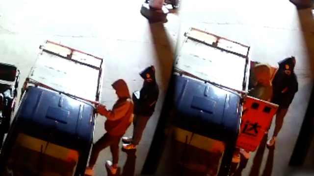 2小伙偷快递车包裹,快递小哥崩溃