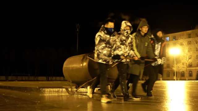 大学生往操场狂浇水,一晚筑成冰场