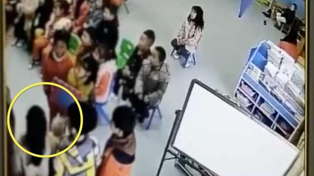 幼儿园孩子排队自扇耳光:老师辞退