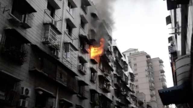烤火引燃房屋 ,消防冒濃煙急救5人