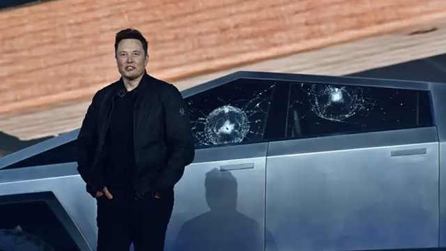 马斯克解释车窗被砸烂原因:被锤过