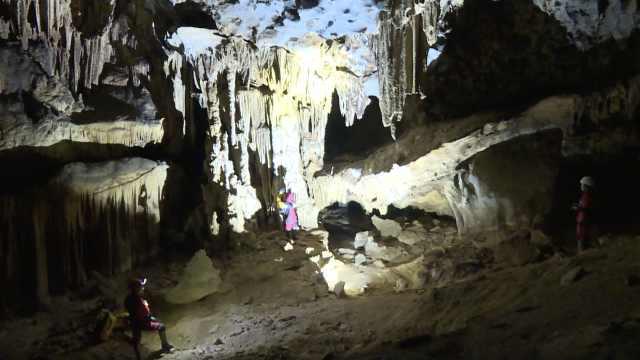 广西发现大型溶洞,地下河群山环绕
