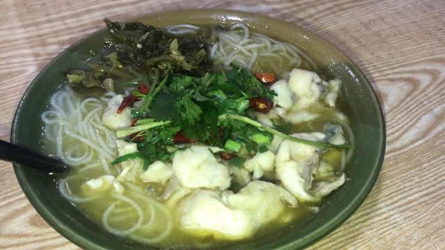 老坛酸菜鱼米线,汤浓鱼嫩米线细腻