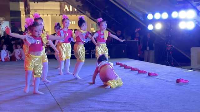 小女孩跳舞连摔3跟头,仍淡定跳完
