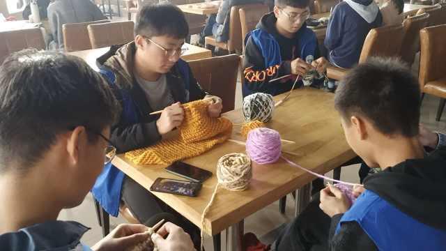 坚持7年!大学生织200条围巾送环卫