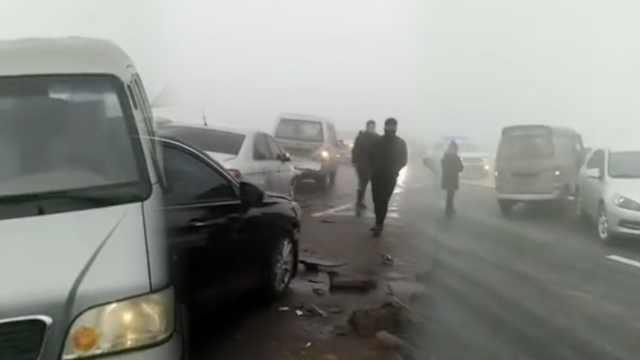 河北邢台大雾,桥面数十辆车连环撞