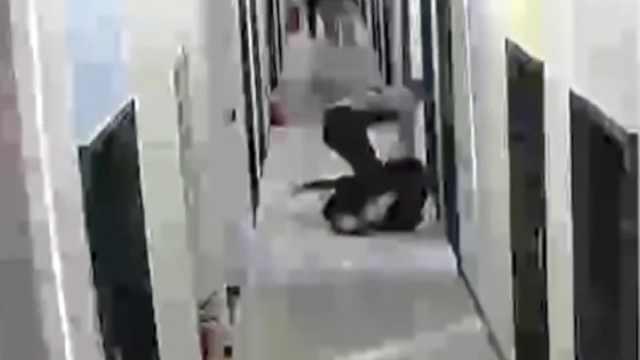 深圳警方通报女子被男友殴打:拘5…