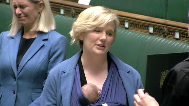 英女议员带宝宝上议会宣誓入职