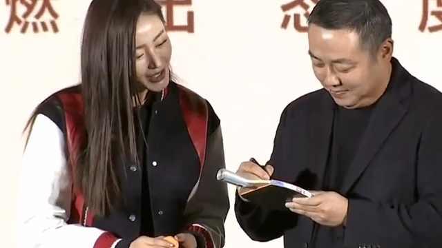 张天爱挑战刘国梁颠乒乓球